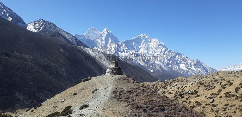 Beautiful-Stupa-and-Amadablam-in-the-background